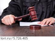Купить «Судейский молоток в руках судьи», фото № 5726405, снято 19 октября 2013 г. (c) Андрей Попов / Фотобанк Лори