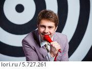 Купить «Мужчина с красным микрофоном», фото № 5727261, снято 21 марта 2014 г. (c) Максим Топчий / Фотобанк Лори