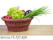 Купить «Свежие овощи в плетеной тарелке», фото № 5727429, снято 22 сентября 2013 г. (c) Кропотов Лев / Фотобанк Лори