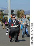 Купить «Клоун в форме ГАИшника в Олимпийском парке, Сочи», эксклюзивное фото № 5727481, снято 10 февраля 2014 г. (c) Алексей Гусев / Фотобанк Лори