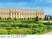 Купить «Сквер перед королевской резиденцией в Версале около Парижа во Франции», фото № 5727577, снято 21 сентября 2013 г. (c) Vitas / Фотобанк Лори