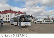 Купить «Автобус № 388 на остановке у автовокзала в городе Сергиев Посад Московской области», эксклюзивное фото № 5727645, снято 14 марта 2014 г. (c) lana1501 / Фотобанк Лори