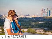 Купить «Влюблённая пара на фоне городского пейзажа», фото № 5727689, снято 28 января 2020 г. (c) Mikhail Starodubov / Фотобанк Лори