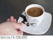 Купить «Рука держит чашку кофе», фото № 5728093, снято 17 июля 2019 г. (c) Алёна Козлова / Фотобанк Лори