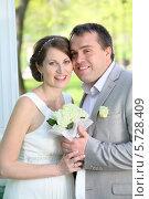 Купить «Портрет счастливой невесты и жениха в парке», фото № 5728409, снято 10 мая 2013 г. (c) Losevsky Pavel / Фотобанк Лори