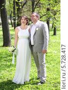 Купить «Молодожены в летнем парке», фото № 5728417, снято 10 мая 2013 г. (c) Losevsky Pavel / Фотобанк Лори