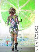 Купить «Измазанная в краске полубнаженная женщина расписывает стену», фото № 5728625, снято 11 мая 2013 г. (c) Losevsky Pavel / Фотобанк Лори