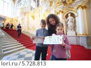 Купить «Мама с двумя детьми на экскурсии в Эрмитаже», фото № 5728813, снято 7 апреля 2013 г. (c) Losevsky Pavel / Фотобанк Лори