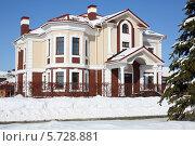 Купить «Современный двухэтажный загородный дом с красной крышей», фото № 5728881, снято 5 марта 2013 г. (c) Losevsky Pavel / Фотобанк Лори