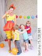 Купить «Четверо детей и аниматор играют на детской вечеринке», фото № 5728981, снято 16 мая 2013 г. (c) Losevsky Pavel / Фотобанк Лори
