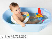 Купить «Мальчик купается в ванне с игрушками», фото № 5729265, снято 14 апреля 2013 г. (c) Losevsky Pavel / Фотобанк Лори