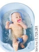 Купить «Смешная девочка купается в ванной с игрушками», фото № 5729281, снято 14 апреля 2013 г. (c) Losevsky Pavel / Фотобанк Лори