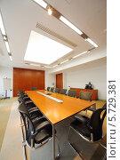Купить «Длинный стол с современными стульями в пустой комнате для деловых встреч», фото № 5729381, снято 22 мая 2013 г. (c) Losevsky Pavel / Фотобанк Лори