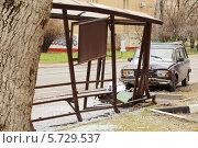 Купить «Автомобиль врезался в автобусную остановку», фото № 5729537, снято 28 апреля 2013 г. (c) Losevsky Pavel / Фотобанк Лори
