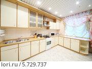 Купить «Интерьер кухни с бежевой мебелью», фото № 5729737, снято 5 мая 2013 г. (c) Losevsky Pavel / Фотобанк Лори