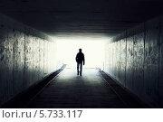 Силуэт человека, идущего в туннеле. Свет в конце туннеля. Стоковое фото, фотограф Viktor Gladkov / Фотобанк Лори