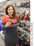 Купить «Покупательница выбирает летние туфли в магазине», фото № 5735553, снято 14 февраля 2014 г. (c) Кекяляйнен Андрей / Фотобанк Лори