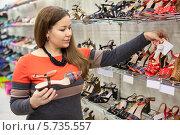 Девушка выбирает летние туфли в магазине. Стоковое фото, фотограф Кекяляйнен Андрей / Фотобанк Лори