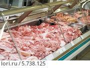 Купить «Сырые мясопродукты на витрине», фото № 5738125, снято 2 октября 2012 г. (c) Дмитрий Калиновский / Фотобанк Лори