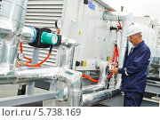 Купить «Пожилой инженер-электрик во время работы», фото № 5738169, снято 21 мая 2013 г. (c) Дмитрий Калиновский / Фотобанк Лори