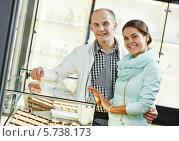 Купить «Покупка ювелирных изделий в бутике», фото № 5738173, снято 15 сентября 2013 г. (c) Дмитрий Калиновский / Фотобанк Лори