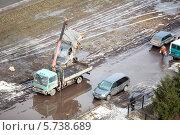 Купить «Эвакуатор убирает с газона разбитый грузовой автомобиль», фото № 5738689, снято 21 марта 2014 г. (c) Кекяляйнен Андрей / Фотобанк Лори