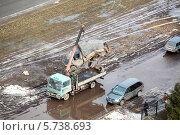 Купить «Эвакуатор грузит разбитый грузовой автомобиль», фото № 5738693, снято 21 марта 2014 г. (c) Кекяляйнен Андрей / Фотобанк Лори