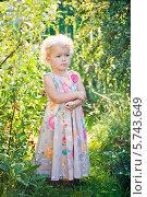 Задумчивый ребенок в саду. Стоковое фото, фотограф Евдокимова Ольга / Фотобанк Лори