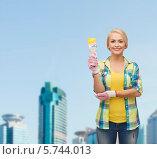 Купить «Привлекательная блондинка с малярной кистью в руке», фото № 5744013, снято 16 февраля 2014 г. (c) Syda Productions / Фотобанк Лори