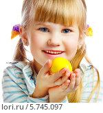 Улыбающаяся светловолосая девочка держит пасхальное яйцо. Стоковое фото, фотограф Андрей Затулло / Фотобанк Лори
