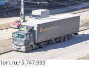 Купить «Фура на дороге», эксклюзивное фото № 5747933, снято 27 марта 2014 г. (c) Дудакова / Фотобанк Лори