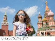 Купить «Девочка с московским сувениром на фоне храма Василия Блаженного», фото № 5748217, снято 11 июня 2013 г. (c) Losevsky Pavel / Фотобанк Лори