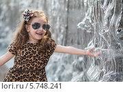Купить «Улыбающаяся маленькая девочка трогает струи воды в фонтане», фото № 5748241, снято 11 июня 2013 г. (c) Losevsky Pavel / Фотобанк Лори