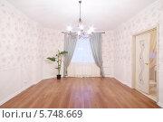 Купить «Просторная светлая комната с люстрой и окном с занавесками в новой квартире», фото № 5748669, снято 2 декабря 2012 г. (c) Losevsky Pavel / Фотобанк Лори