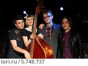 Купить «Трое молодых мужчин и женщина с контрабасом», фото № 5748737, снято 26 декабря 2012 г. (c) Losevsky Pavel / Фотобанк Лори