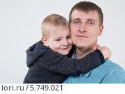 Купить «Маленький мальчик обнимает отца за шею в студии на светлом фоне», фото № 5749021, снято 24 марта 2013 г. (c) Losevsky Pavel / Фотобанк Лори