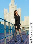 Купить «Темноволосая девушка в черном платье стоит на набережной», фото № 5749105, снято 26 мая 2013 г. (c) Losevsky Pavel / Фотобанк Лори