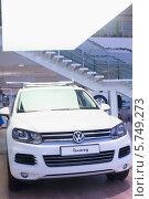 Купить «Автомобиль Volkswagen Touareg», фото № 5749273, снято 11 января 2013 г. (c) Losevsky Pavel / Фотобанк Лори