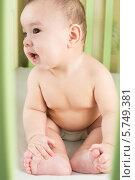 Купить «Портрет маленького мальчика в подгузнике, сидящего в кроватке», фото № 5749381, снято 27 марта 2013 г. (c) Losevsky Pavel / Фотобанк Лори
