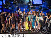 Восемнадцать молодых людей веселятся и танцуют на вечеринке. Стоковое фото, фотограф Losevsky Pavel / Фотобанк Лори