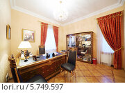 Купить «Интерьер кабинета с компьютером в классическом стиле», фото № 5749597, снято 16 января 2013 г. (c) Losevsky Pavel / Фотобанк Лори