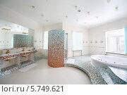 Купить «Интерьер роскошной ванной комнаты  с джакузи и двумя раковинами», фото № 5749621, снято 16 января 2013 г. (c) Losevsky Pavel / Фотобанк Лори