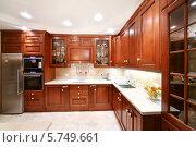 Купить «Простые деревянные кухонные шкафы, столешницы, холодильник и печь в кухне», фото № 5749661, снято 13 декабря 2012 г. (c) Losevsky Pavel / Фотобанк Лори