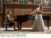 Купить «Певица стоит у рояля на сцене», фото № 5749673, снято 7 июня 2013 г. (c) Losevsky Pavel / Фотобанк Лори