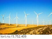 Купить «Ветровая электростанция на большом поле летом. Арагон, Испания», фото № 5752409, снято 4 июля 2013 г. (c) Яков Филимонов / Фотобанк Лори