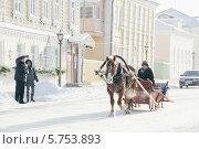 Туристы смотрят на конные сани в старом городе Коломны (2014 год). Редакционное фото, фотограф Алексей Сергевич / Фотобанк Лори