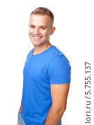 Купить «Портрет счастливого молодого мужчины в синей футболке на белом фоне», фото № 5755137, снято 23 мая 2013 г. (c) Viktor Gladkov / Фотобанк Лори