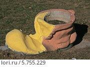 Купить «Уличный горшок в виде старого башмака, Минск, Беларусь», фото № 5755229, снято 29 марта 2014 г. (c) Марина Шатерова / Фотобанк Лори