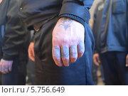 Купить «Заключенные в тюрьме. Руки заключенных», фото № 5756649, снято 8 декабря 2012 г. (c) Mikhail Erguine / Фотобанк Лори