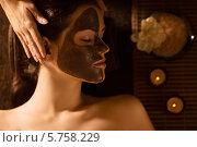 Купить «Косметическая маска на лице женщины», фото № 5758229, снято 27 октября 2013 г. (c) Raev Denis / Фотобанк Лори
